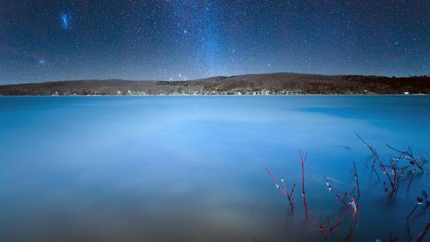 Галактика над озером · бесплатное фото