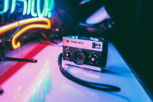 Фото бесплатно фотоаппарат, стол, объектив, старый, классика, 90е, неон, подсветка