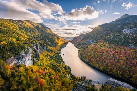 Река текущая между гор
