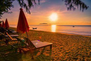Бесплатные фото Пляжная кровать,красный зонтик,тропический пляж,море,закат,сумерки,пляж