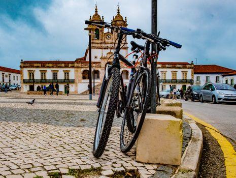 Бесплатные фото езда на велосипеде,синий,велосипед,велосипедное колесо,средство передвижения,город,транспорт,велосипедная деталь,вид транспорта,архитектура,булыжник,городской район