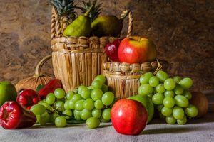 Виноград и фрукты в корзинках · бесплатное фото