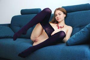 Бесплатные фото Melody Y,Хлоя,Шейла,модель,улыбка,открытые ноги,киска