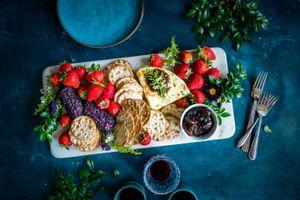 Бесплатные фото вино,стакан,печенье,джем,ягоды,сыр