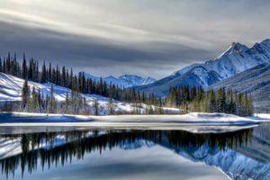 Заставки Canada,тучи,зимний пейзаж,озеро,горы,елки,снег