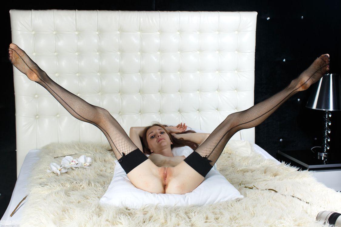 Фото бесплатно lapa, pala, taressa, модель, подросток, ноги вверх, открытые ноги, сиськи, киска, бритая киска, половые губы, черные чулки, чулки, салфетка, изголовье кровати, эротика
