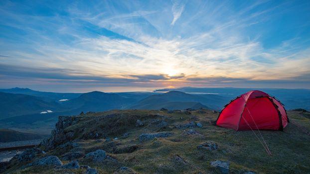 Туристическая палатка алеет в горах · бесплатное фото