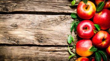 Сочные яблоки на фоне досок · бесплатное фото