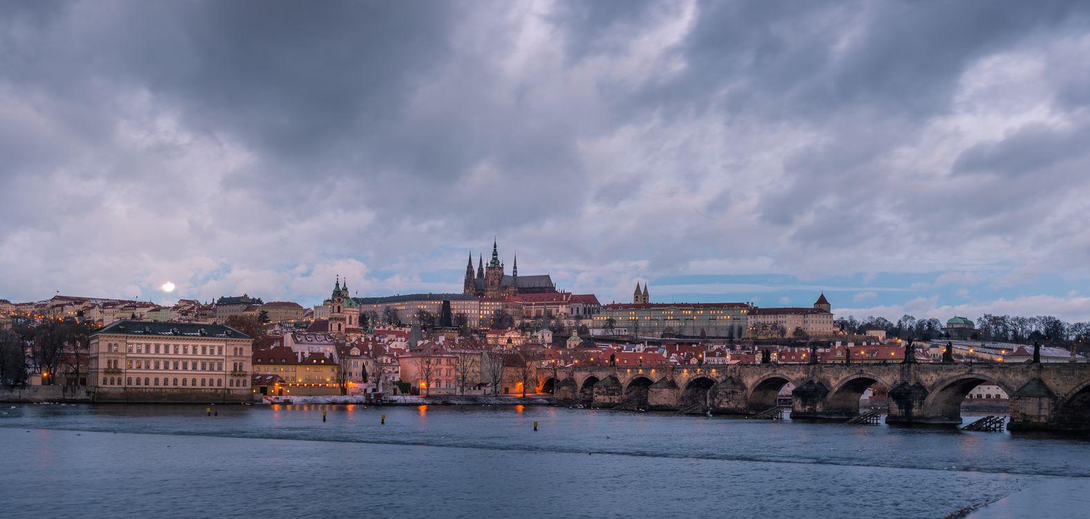 Фото бесплатно Прага, Чехия, Чешская Республика, Prague, Czech Republic, Карлов мост, Река Влтава, город, дома, мосты, иллюминация, ночь, ночные города, панорама, город