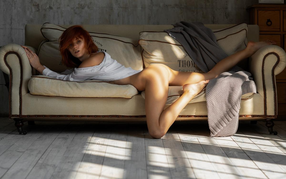 Обои попка, загорелая, рыжая, диван, секси на телефон | картинки эротика - скачать