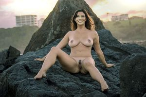 Бесплатные фото София Вергара,брюнетка,на улице,на скале,позирует,улыбка,tanlines