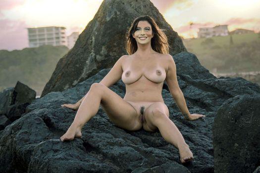 Бесплатные фото София Вергара,брюнетка,на улице,на скале,позирует,улыбка,tanlines,природные сиськи,большие сиськи,киска,подстриженные киска,ноги