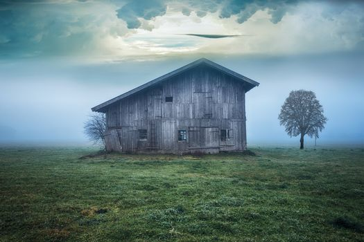 Фото бесплатно cabin, field, nature, landscape, sky, clouds, fog, cold, пейзаж