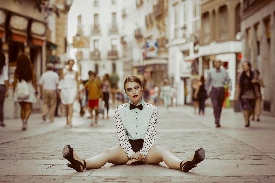 девушка на дороге · бесплатное фото