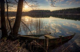 Бесплатные фото закат,озеро,осень,лодка,отражение,лес,деревья