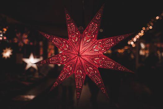 Бесплатные фото звезда,светиться,германия,рождество,красный,лист,осветительные приборы,кленовый лист,темнота,фрактальное искусство,макросъемка,симметрия