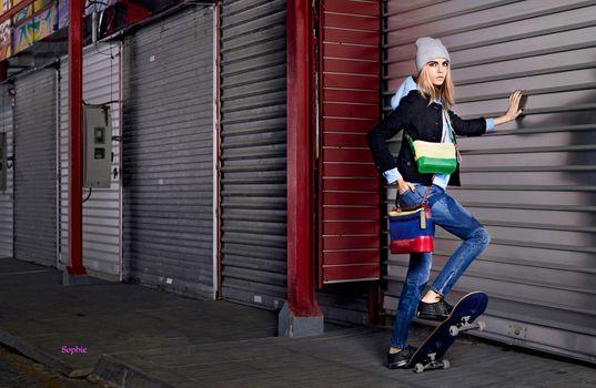 Бесплатные фото Кара Делевинь,топ-модель,блондинка,сумка,джинсы,скейтборд,мода,гламур,шапочка