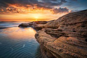 Скалистый берег моря
