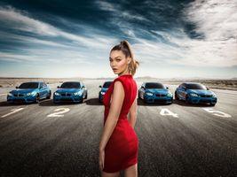 Бесплатные фото Джиджи Хадид,топ-модели,длинные волосы,красное платье,БМВ,БМВ М3,автомобиль