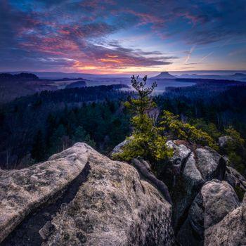 Бесплатные фото Панорама с большого медвежьего камня на Саксонскую Швейцарию,с видом на Лилиенштайн,Кенигштайн и Рауенштайн,Германия,Большой медвежий камень,Восход солнца,Саксонская Швейцария,закат,горы,небо,панорама,пейзаж
