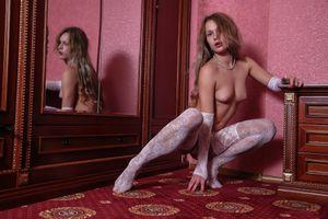 Фото бесплатно чулки, перчатки, белые чулки, блондинка, зеркало, сиськи