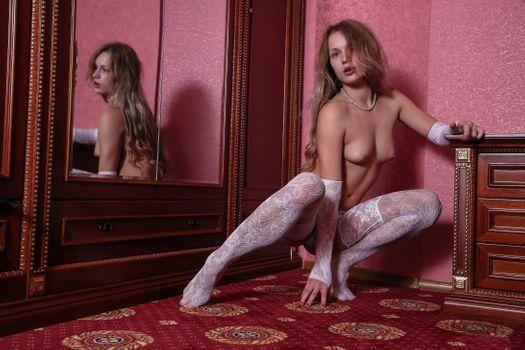 Бесплатные фото чулки,перчатки,белые чулки,блондинка,зеркало,сиськи