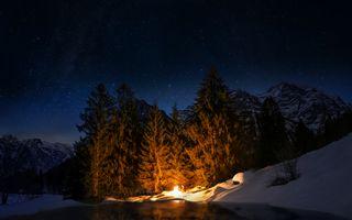Бесплатные фото Странник у костра Доминика Кампа,ночь,горы,река,лес,деревья,зима