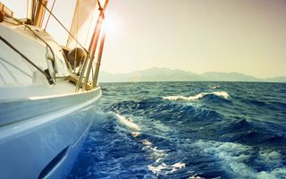Яхта раскачивающаяся на морских волнах · бесплатное фото