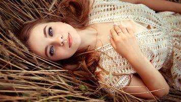 Бесплатные фото модель,красивая,голубые глаза,чувственные губы,портрет,сено
