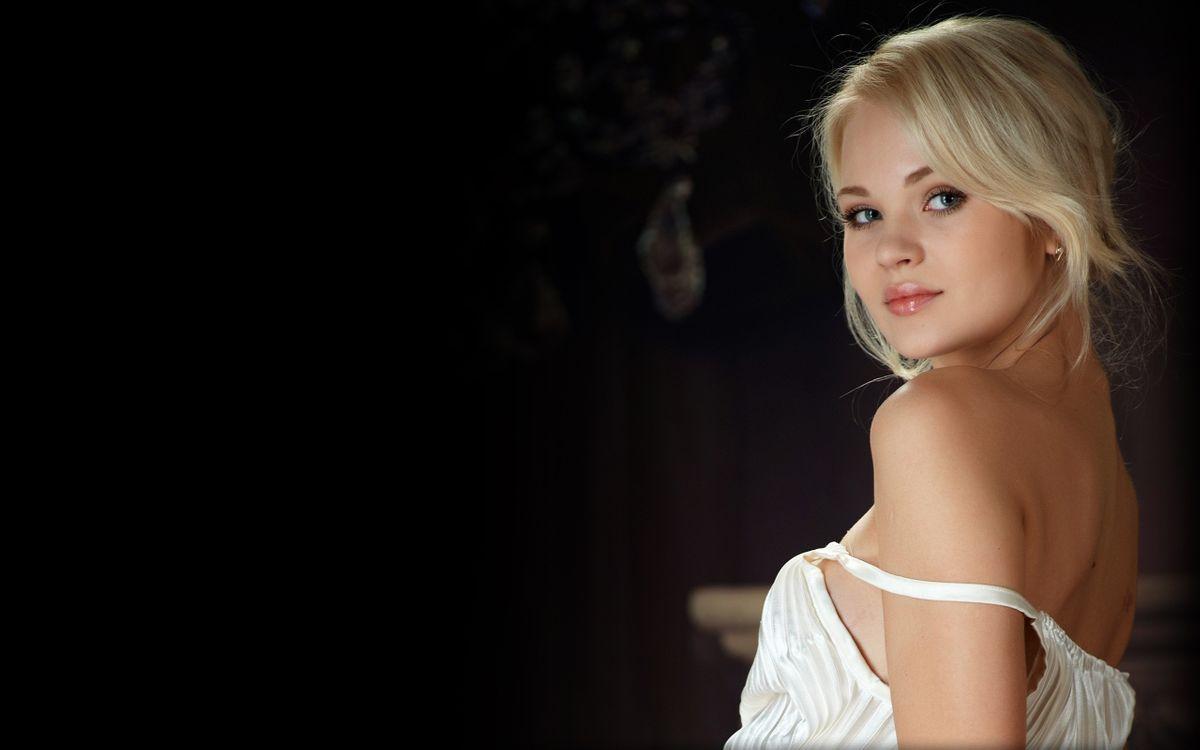 Талия в белом платье · бесплатное фото