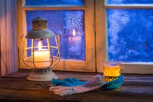 Фото бесплатно winter, glass, comfort, reflection, heat, patterns, lamp, candle, blur, Daisy, window, lantern, sill, bokeh, новогодние обои