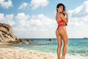 Бесплатные фото Apolonia Lapiedra,Аполония,брюнетка,загорелые,пляж,бикини,попка
