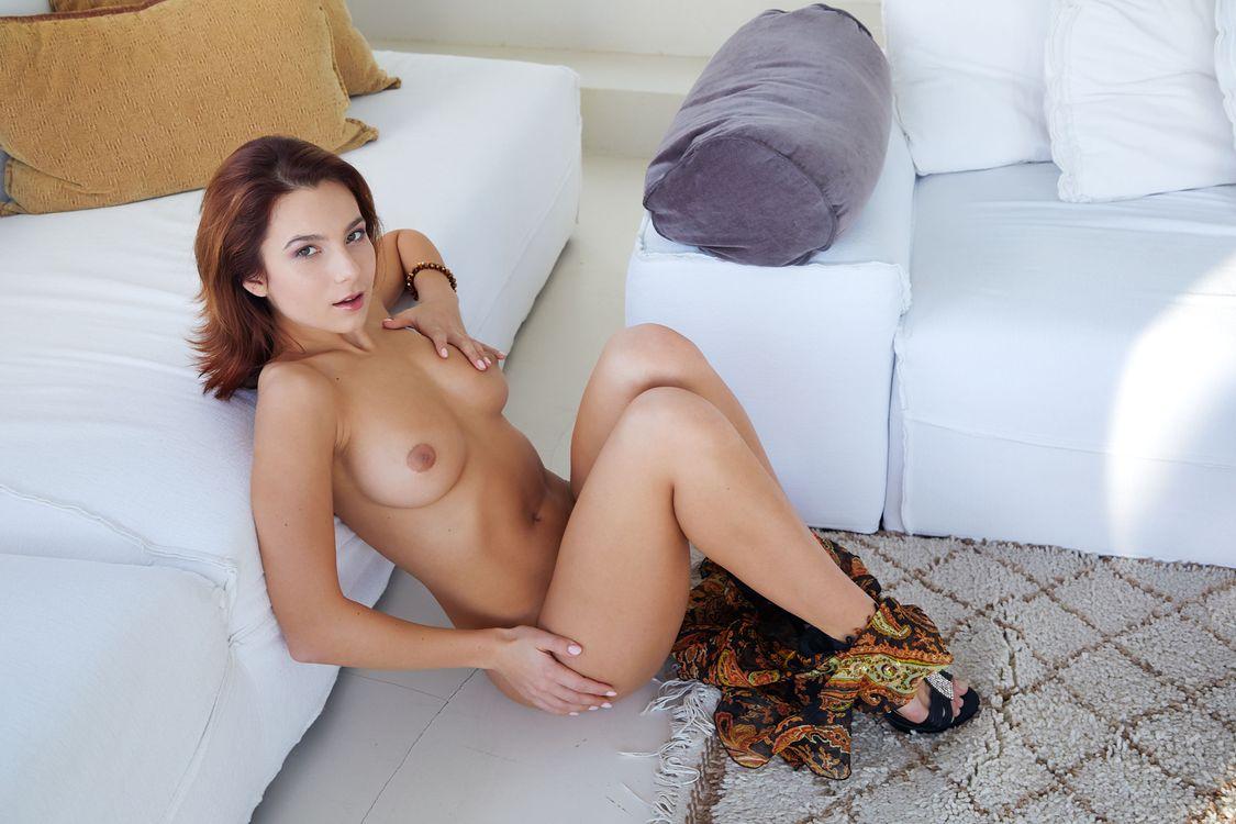 Секс эротика голая девушка с большими грудями в шляпе на лестнице ляжки фото