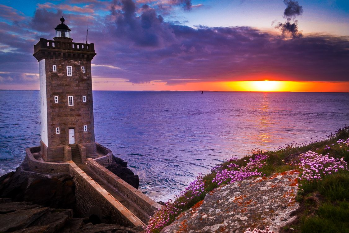 Обои Kermorvan lighthouse, скала, цветы картинки на телефон