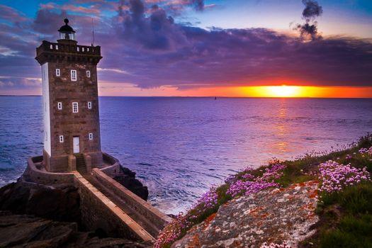 Бесплатные фото Kermorvan lighthouse,скала,цветы,судно в далеке,окна,каменная кладка,France,закат,море,маяк,сумерки,пейзаж