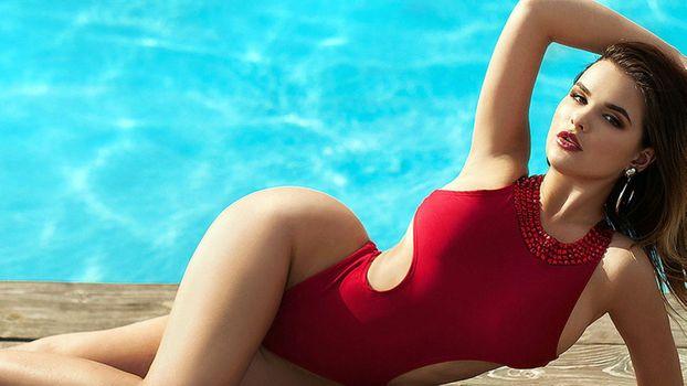 Бесплатные фото Анастасия Квитко,красных купальников,красотка,секси,помада,длинные волосы,бассейн,вода,на открытом воздухе
