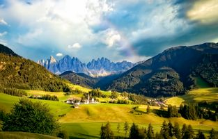 Бесплатные фото Церковь святой Марии Магдалины,Италия,Больцано,Доломитовые Альпы,горы,поля,холмы