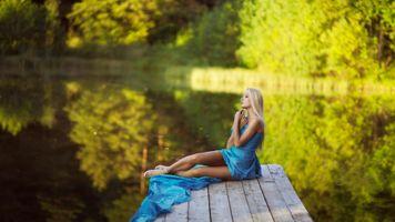 Блондинка у озера в синем платье