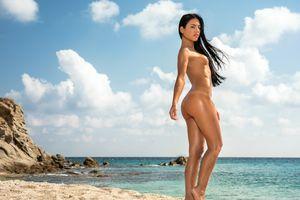 Бесплатные фото Apolonia Lapiedra,Аполония,брюнетка,пляж,загорелые,голые,маленькие сиськи