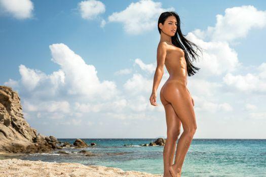 Бесплатные фото Apolonia Lapiedra,Аполония,брюнетка,пляж,загорелые,голые,маленькие сиськи,зад,мокрая,море