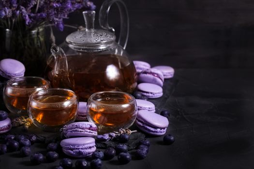Чай и черничные макаруны · бесплатное фото