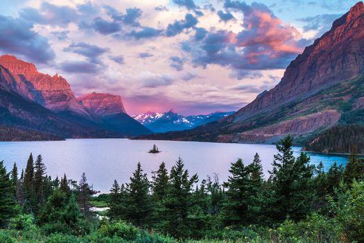 Бесплатные фото Остров Гусей в центре озера Св Марии и высоких горных вершин в Национальном парке Ледник,Glacier National Park,озеро,остров,горы,деревья,закат,природа,пейзаж