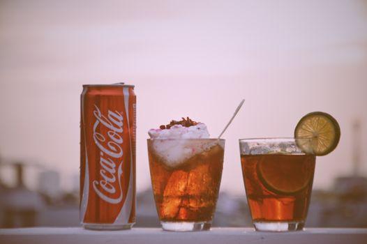 Бесплатные фото напиток,кока-кола,стакан,небо,Куба Либре,ликер,безалкогольный напиток,дистиллированный напиток,коктейль,газированные безалкогольные напитки
