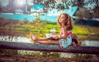 Фото бесплатно девушки, книга, медвежонок