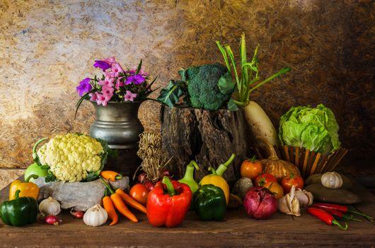 Урожай овощей и букет · бесплатное фото