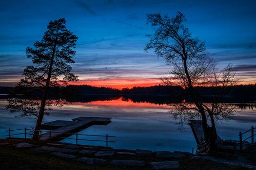 Заставки ночь,водоём,озеро,причал,мостик,деревья,силуэты,отражение,пейзаж