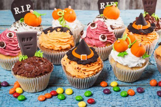 Many stylish cupcakes · free photo