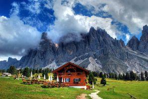 Фото бесплатно облака, загородный дом, тропинка, газон, трава, дома, горы, деревья