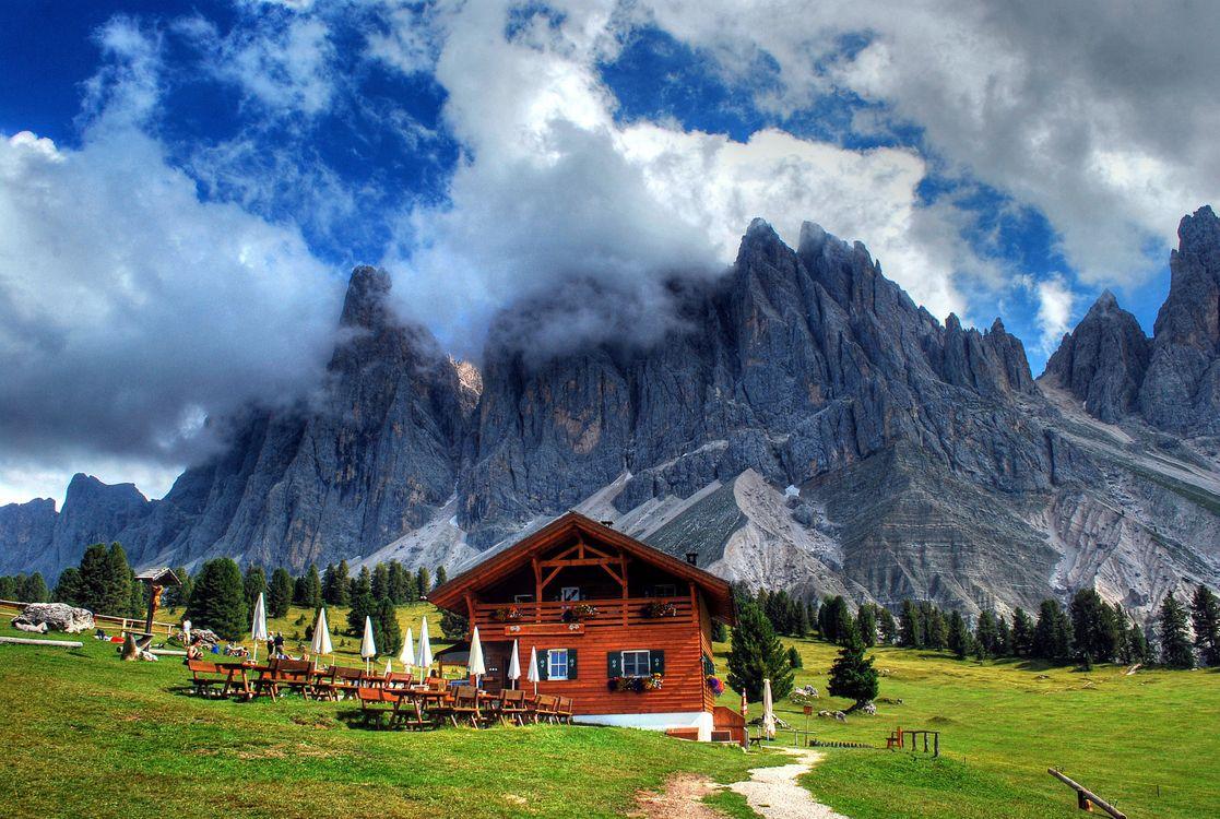 Фото бесплатно облака, загородный дом, тропинка, газон, трава, дома, горы - на рабочий стол