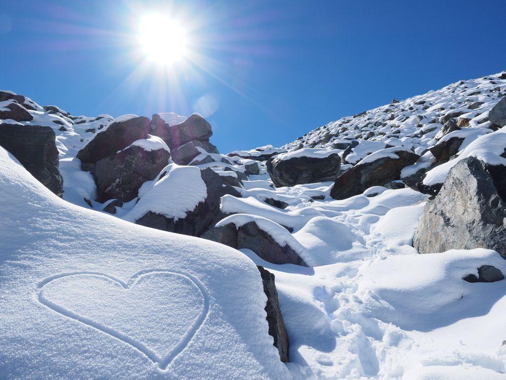 Рисунок сердечка на снегу · бесплатная заставка
